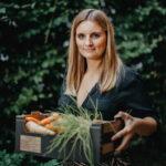 Laura Superbowl Catering poseert met groenten